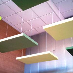 Die Akustikplatten ABSOPANEL sind an der Decke aufgehängt und anerkannt für die Eigenschaft, den Lärm zu absorbieren und den Nachhall zu vermeiden.