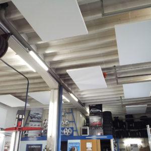 Direktmontage der Akustikplatten ABSOPANEL an der Decke einer Autowerkstatt